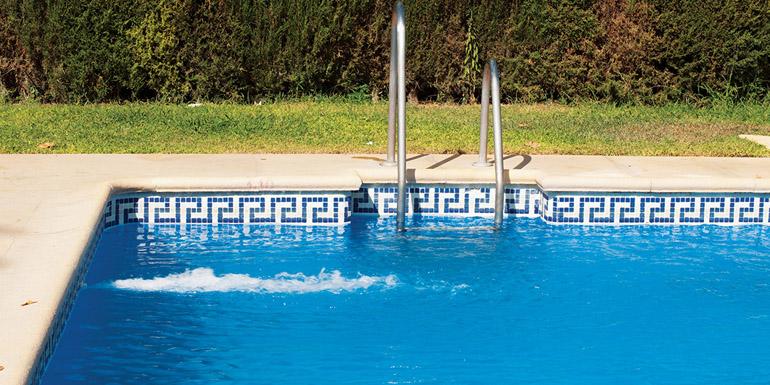 Swimming pool and pillar