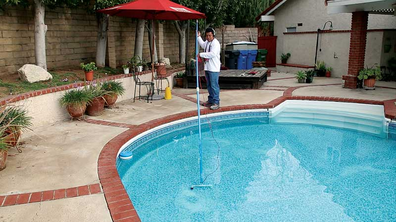 When a floor probe is in the pool, the angle of the probe directs the sensitivity toward the floor and reduces the effect of grounds showing from lights and ladders giving the impression of a leak.